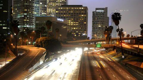 533224562-senal-de-trafico-contaminacion-luminica-iluminacion-urbana-downtown